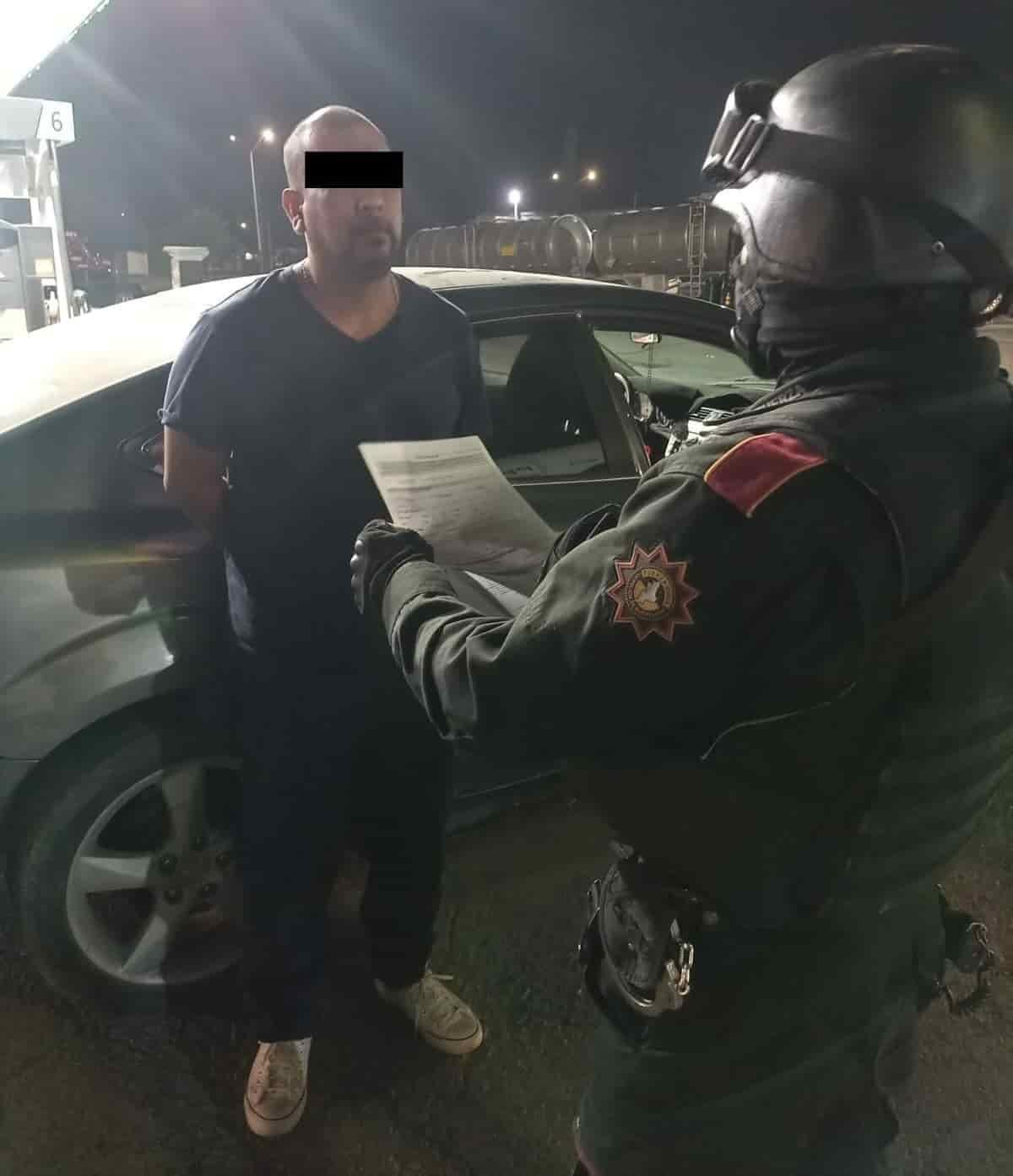 """Arrestado en posesión de un arma de fuego, así como droga denominada """"cristal"""""""