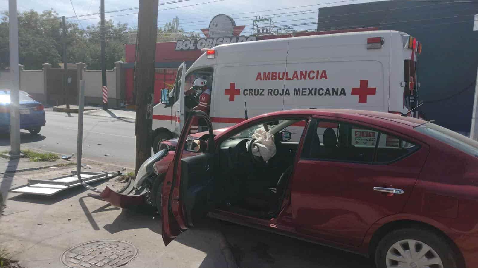 Después de chocar dos vehículos, una de las unidades terminó estrellándose contra un poste