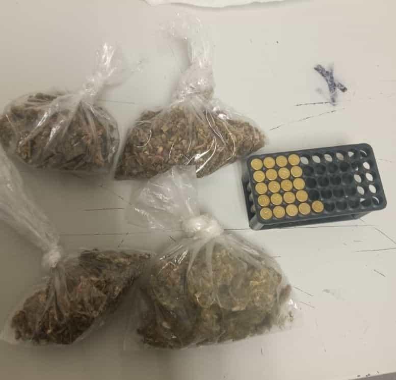 Con 21 cartuchos hábiles, así como diversos envoltorios con droga, fue detenido un joven