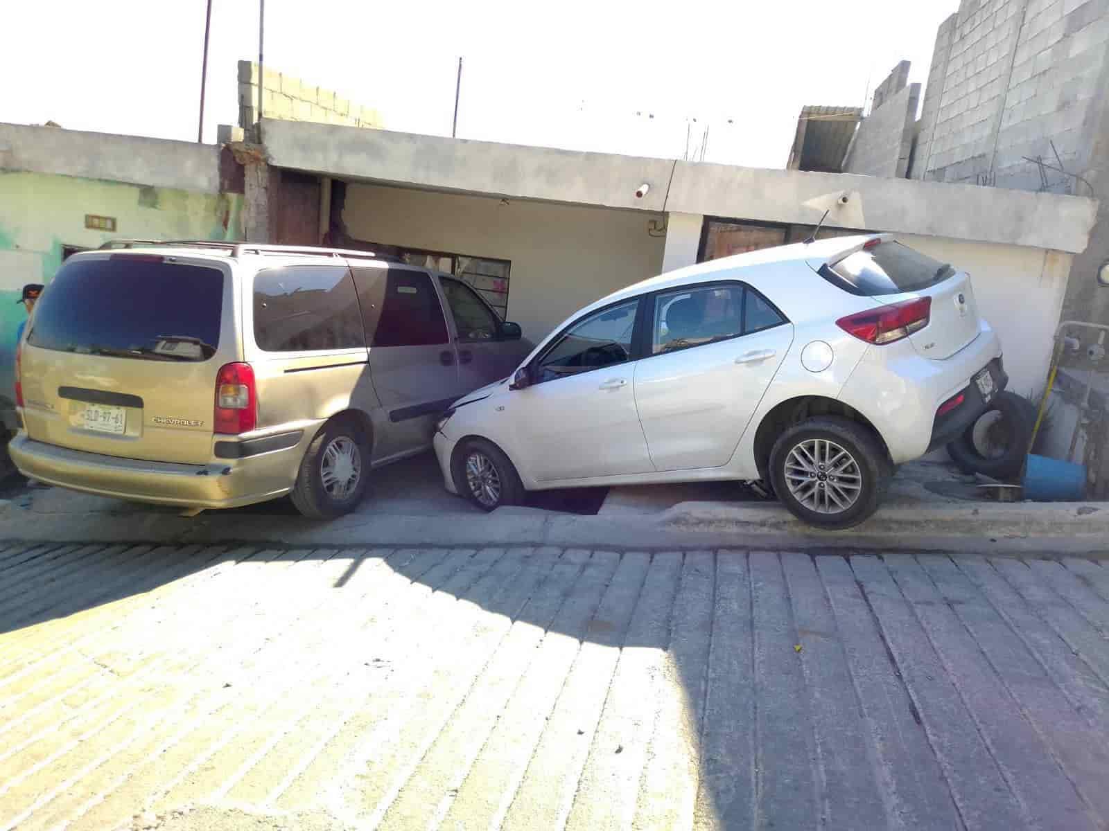 Un automóvil fantasma se desplomó en una calle con pendiente-descendiente