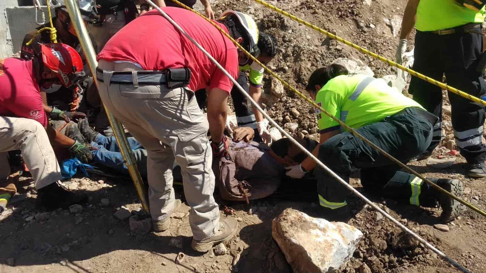 Una persona de 71 años de edad resultó lesionada luego de caer en un pozo de al menos 12 metros