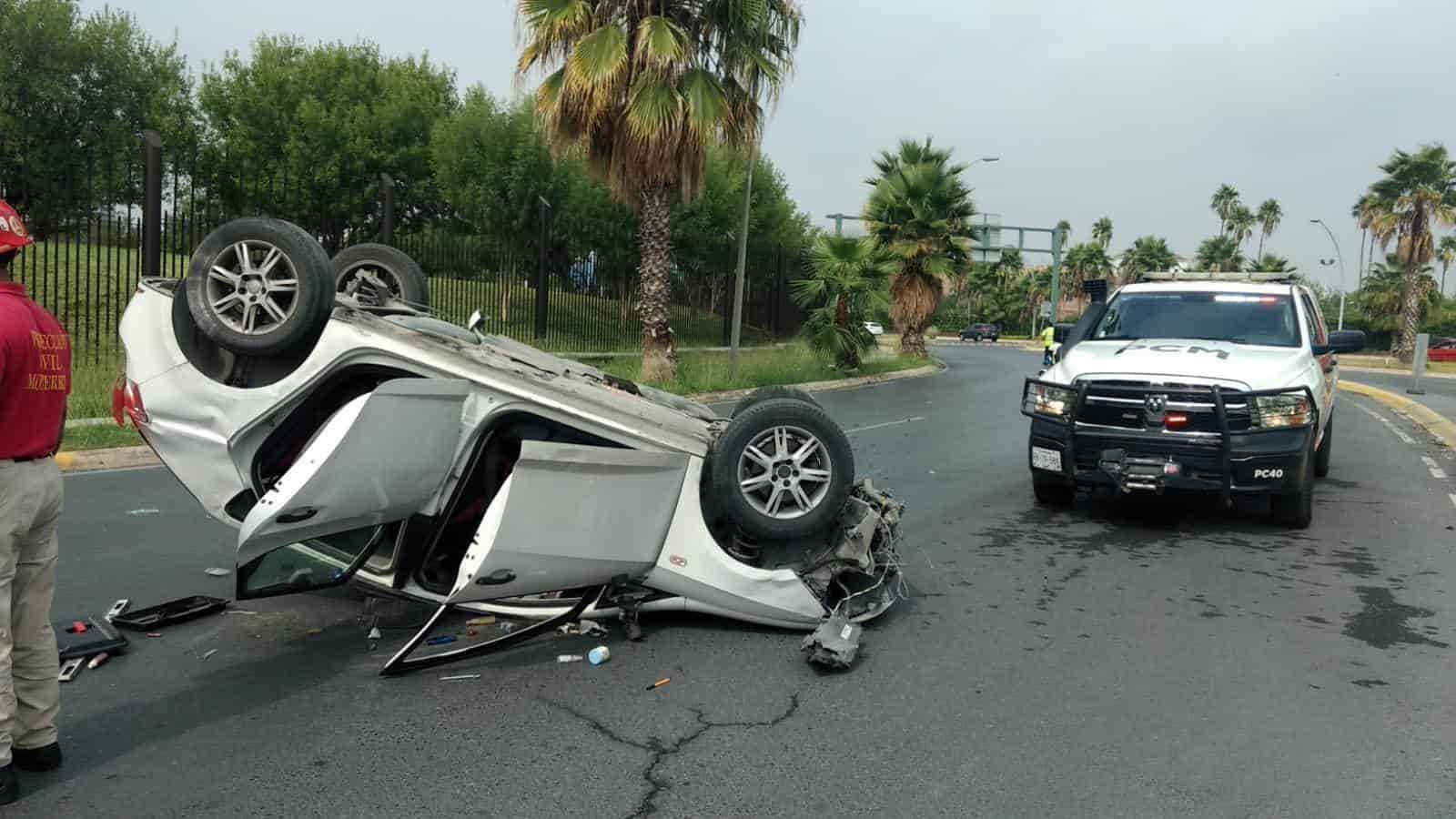 El aparente exceso de velocidad en que se desplazaba, ocasionó que un conductor perdiera el control de su unidad y terminara volcándose