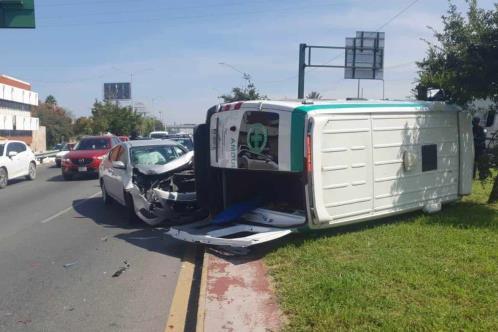 Vuelca ambulancia en Constitución